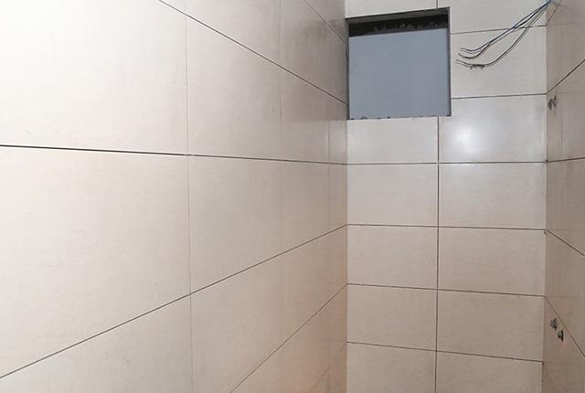 Ốp gạch WC căn hộ tầng 7 block B