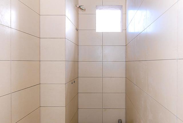 Ốp gạch WC căn hộ tầng 18 block A
