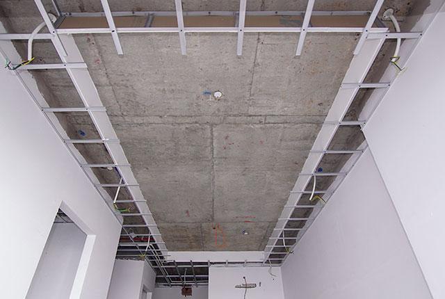 Lắp đặt khung trần thạch cao từ tầng 6 đến tầng 17 block Lucky và block Riches