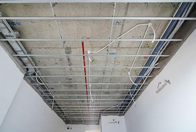 Lắp đặt khung trần thạch cao đến tầng 19 block Lucky và block Riches