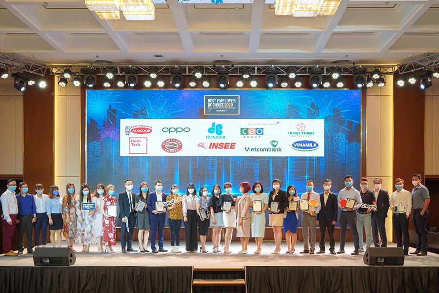 Đại diện các doanh nghiệp đạt giải cùng chụp hình lưu niệm với Ban tổ chức