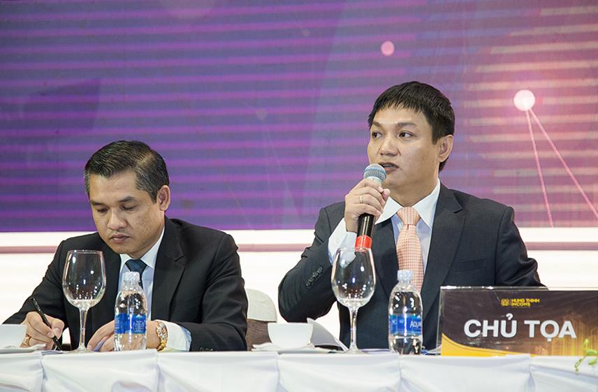 Ông Trần Tựu - Thành viên Hội đồng quản trị trao đổi với các Cổ đông