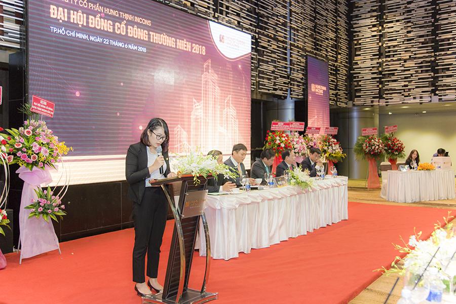 Bà Vũ Thị Gái – Trưởng Ban Kiểm phiếu hướng dẫn thủ tục bỏ phiếu lấy ý kiến Cổ đông thông qua các tờ trình