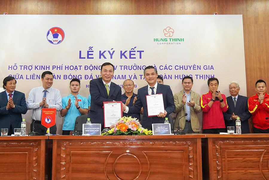 Ông Nguyễn Văn Cường – Phó Chủ tịch Tập đoàn Hưng Thịnh (bên phải) và ông Trần Quốc Tuấn – Phó Chủ tịch thường trực VFF (bên trái) trong lễ ký kết