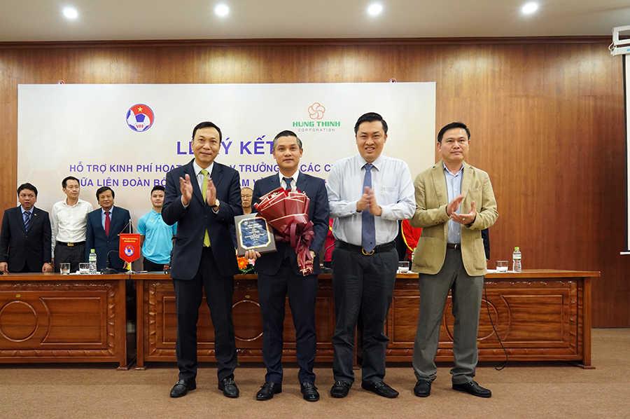 Ông Nguyễn Văn Cường, đại diện Tập đoàn Hưng Thịnh nhận hoa và bảng danh vị từ Lãnh đạo VFF