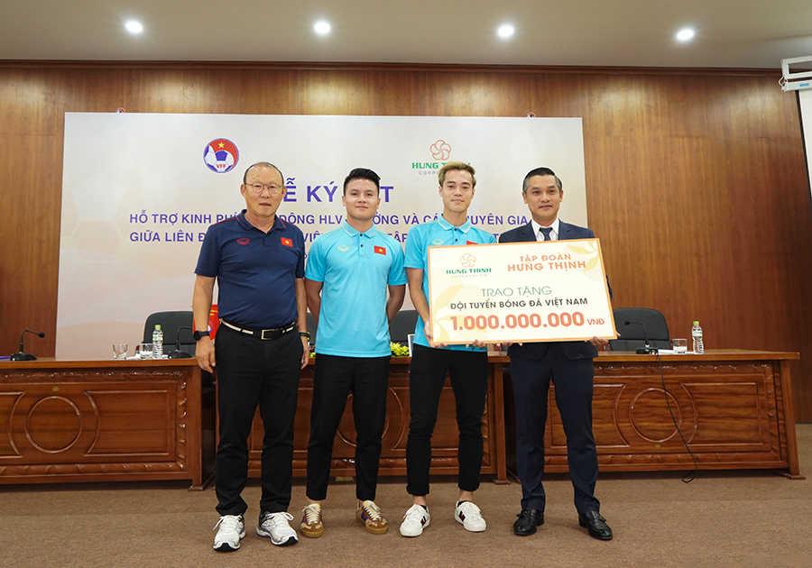 Ông Nguyễn Văn Cường (ngoài cùng bên phải) trao tặng 1 tỷ đồng tiền thưởng cho Đội tuyển bóng đá Việt Nam