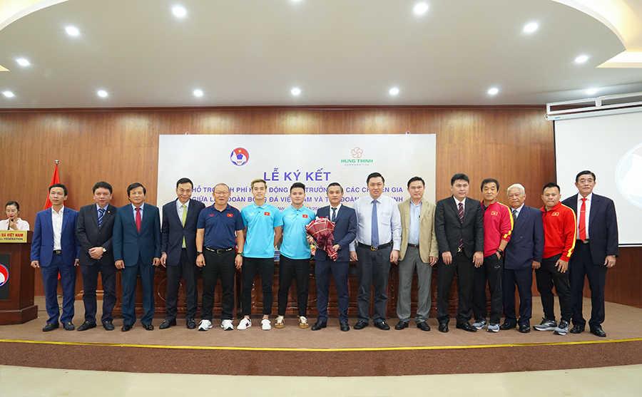 HLV Park Hang-Seo và các cầu thủ, Ban huấn luyện Đội tuyển Việt Nam, Ban lãnh đạo VFF chụp ảnh lưu niệm cùng lãnh đạo Tập đoàn Hưng Thịnh trong sự kiện